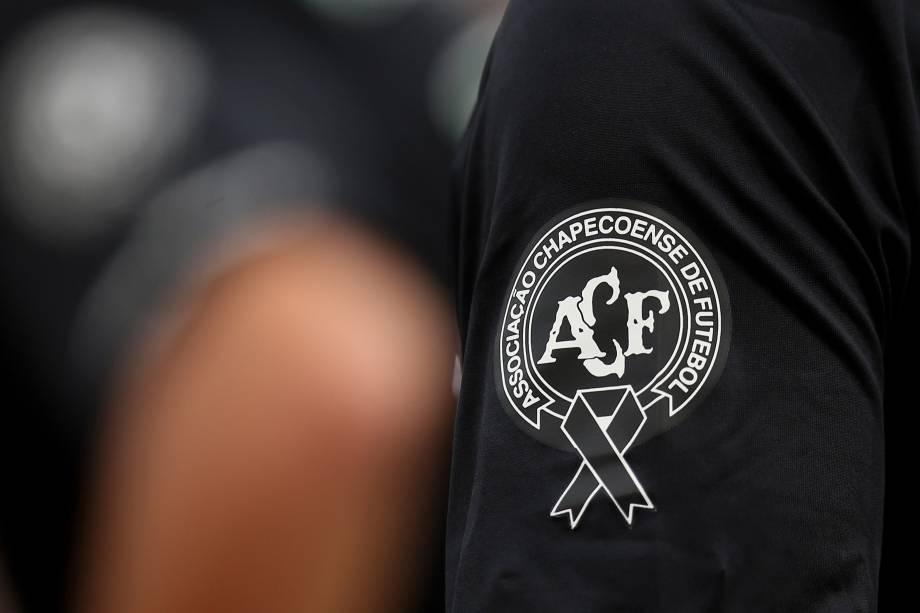 Símbolo da Chapecoense é visto na camisa dos jogadores do São Paulo durante partida contra o Santa Cruz, no Pacaembu