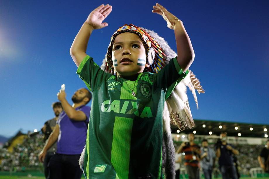 O menino Carlinhos, mascote da Chapecoense, fotografado na Arena Condá, em Chapecó-SC, durante homenagens às vítimas do acidente aéreo na Colômbia - 30/11/2016