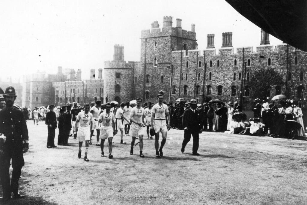 Corredores se preparam para a largada da maratona de Londres no Castelo de Windsor, em 1908, durante as olimpíadas (Getty Images)