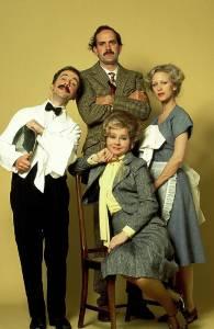 Sachs (à esquerda) e o elenco de 'Fawlty Towers' (Foto: BBC/Arquivo)