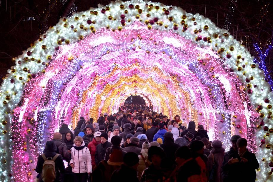 Pessoas caminham entre as decorações de Natal no centro de Moscou, durante as celebrações de Ano Novo na Rússia