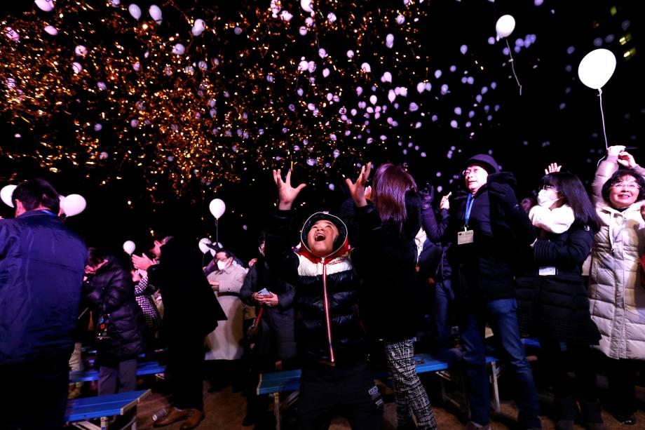 Público lança balões para o céu enquanto participam de celebrações de Ano Novo em Tóquio, no Japão