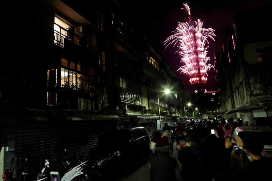 Fogos de artifício explodem durante celebrações do Ano Novo em Taipei, Taiwan