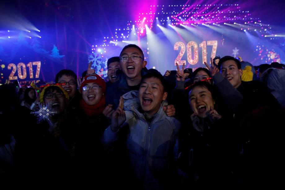 Pessoas posam para fotos enquanto participam de um evento de contagem regressiva de Ano Novo em Pequim, na China