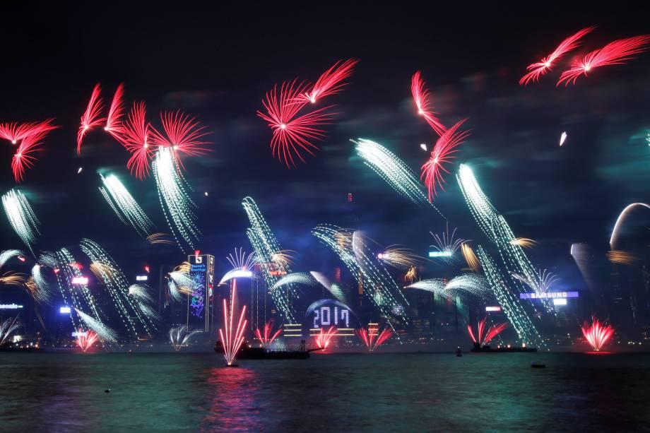Fogos de artifício explodem durante celebrações de Ano Novo em Hong Kong