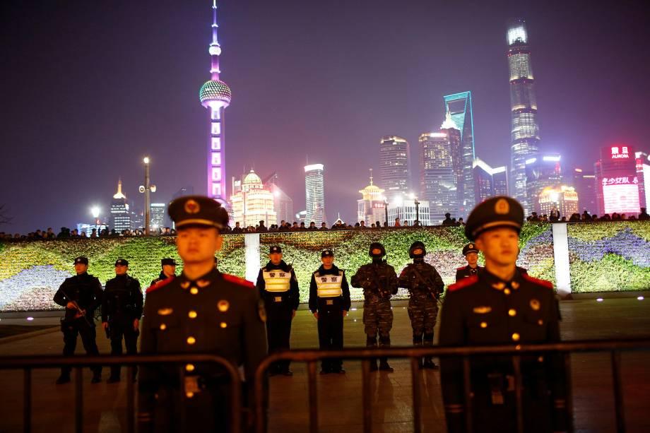 Policiais ficam de guarda durante as celebrações de Ano Novo, em Xangai, na China