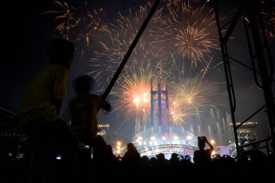 Público assiste a queima de fogos de artifício durante as celebrações de Ano Novo em Quezon City, nas Filipinas
