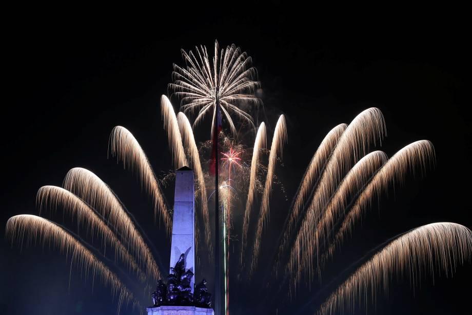 Fogos de artifício explodem atrás do monumento do herói nacional Jose Rizal durante celebrações do Ano Novo no parque de Luneta, metro Manila, nas Filipinas