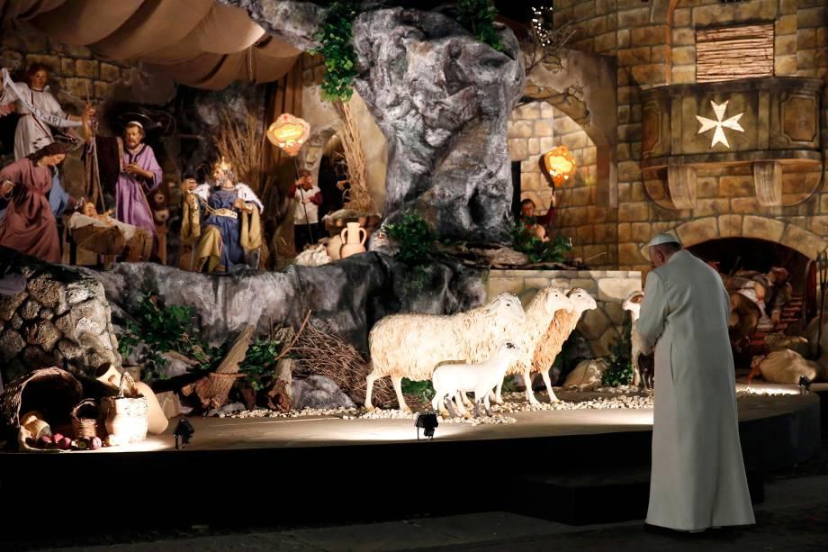 Papa Francisco visita o presépio montado na Praça de São Pedro após a última missa do ano, no Vaticano