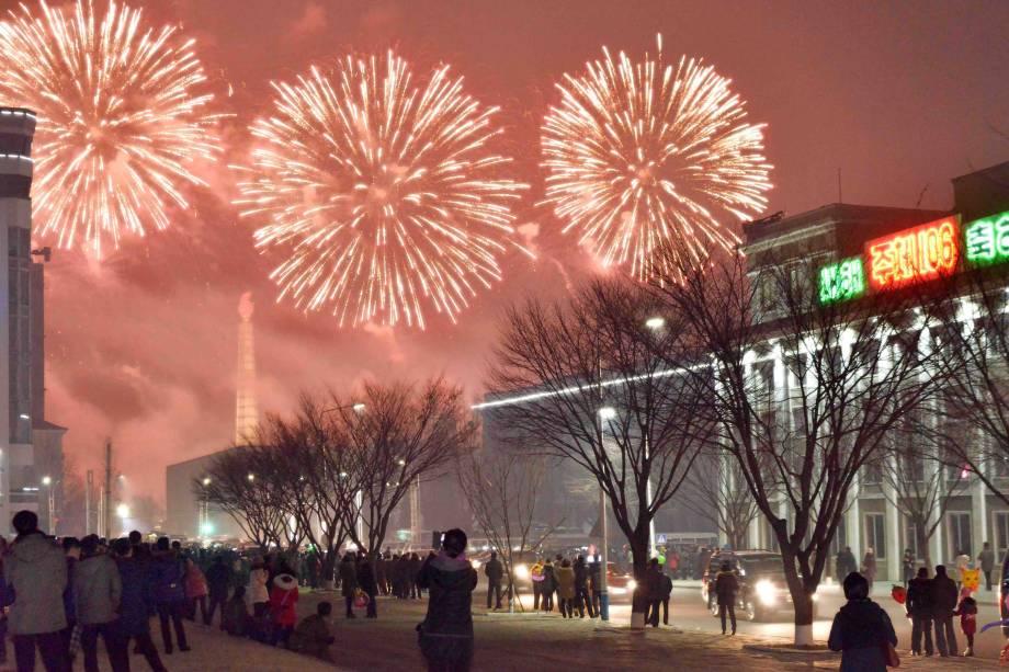 Fogos de artifício são vistos acima Pyongyang, capital da Coreia do Norte durante as celebrações do Ano Novo