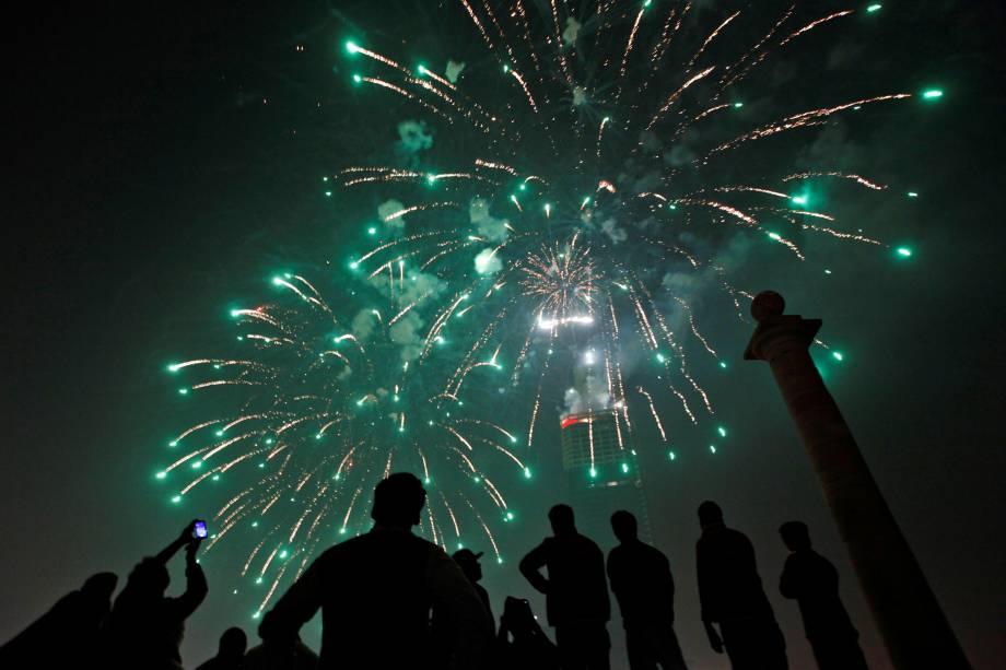 Pessoas se reúnem para observar fogos de artifício em comemoração do Ano Novo em Karachi, no Paquistão