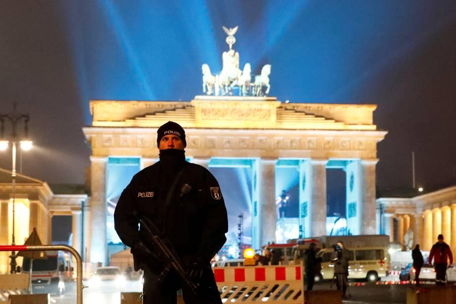 Policial guarda as imediações do Portão de Brandemburgo, durante as festas de fim de ano em Berlim, na Alemanha