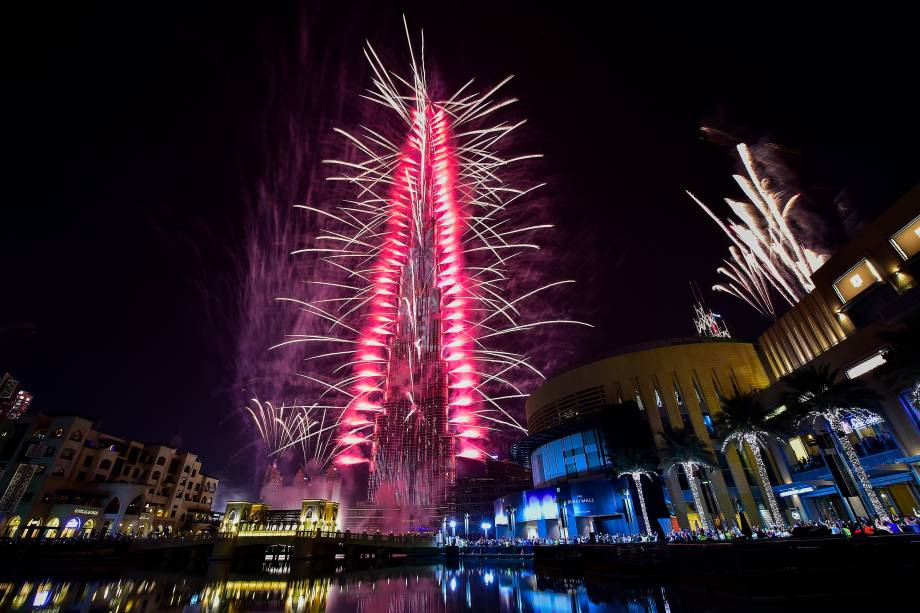 Fogos de artifício explodem do Burj Khalifa, a torre a mais alta do mundo, em Dubai nos Emirados Árabes