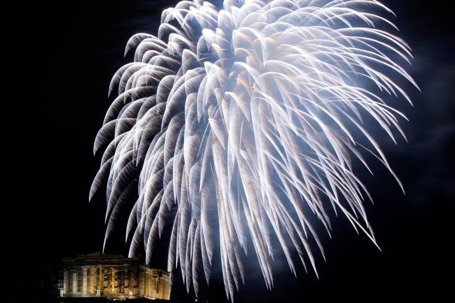 Fogos de artifício explodem sobre o templo antigo do Parthenon sobre a colina da acrópole durante celebrações de Ano Novo em Atenas, na Grécia