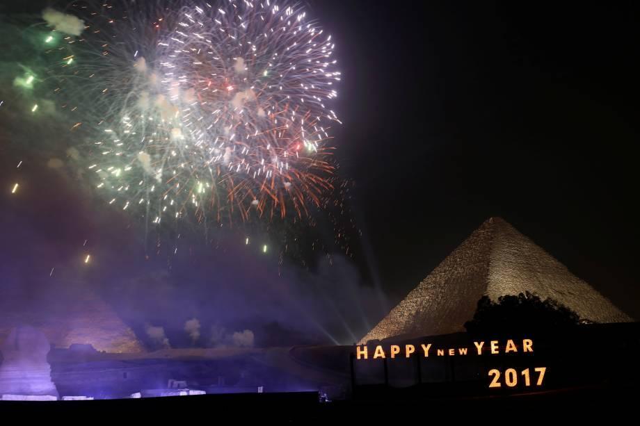 Fogos de artifício explodem acima das pirâmides durante celebrações de Ano Novo nos subúrbios da Cidade do Cairo, no Egito