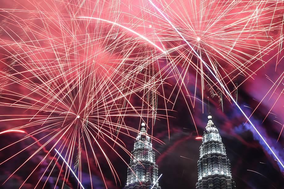 Fogos-de-artifício iluminam o céu perto das torres Petronas durante celebrações do Ano Novo em Kuala Lumpur, na Malásia