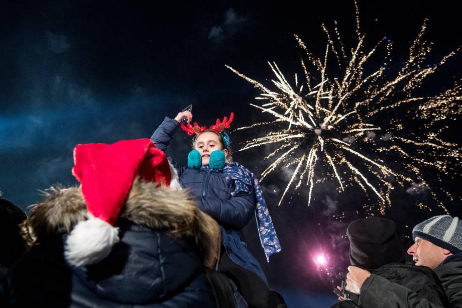 Público assiste ao show de fogos de artifício durante a celebração de Ano Novo em Sofia, na Bulgária