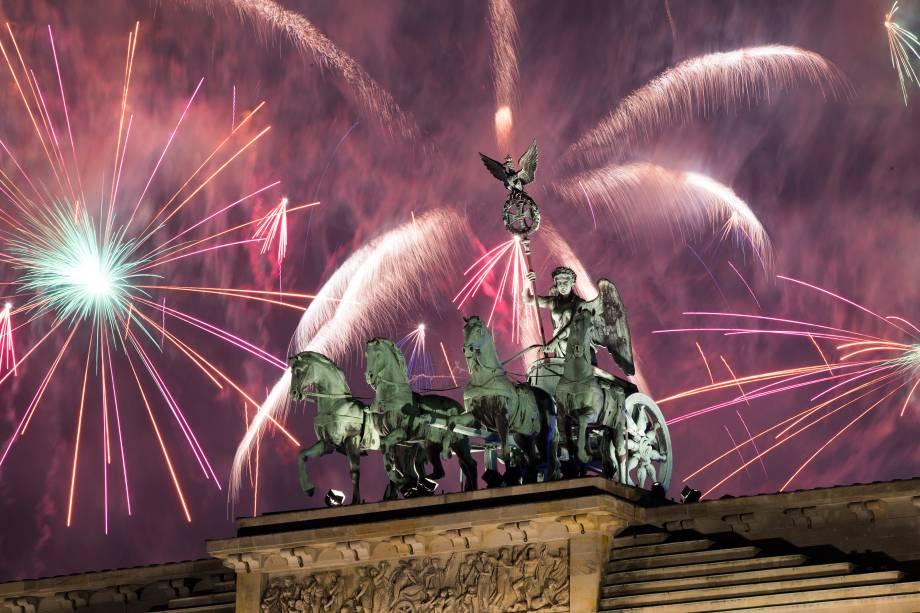 Fogos de artifício explodem sobre o Portão de Brandemburgo em Berlim, na Alemanha