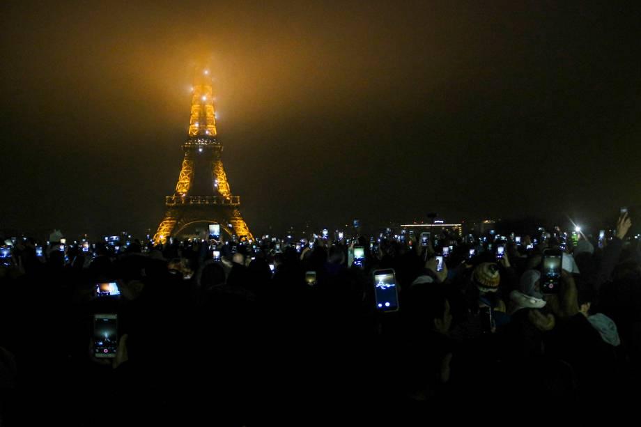 Público se reúne ao pé da Torre Eiffel para a contagem regressiva de Ano Novo em Paris, na França