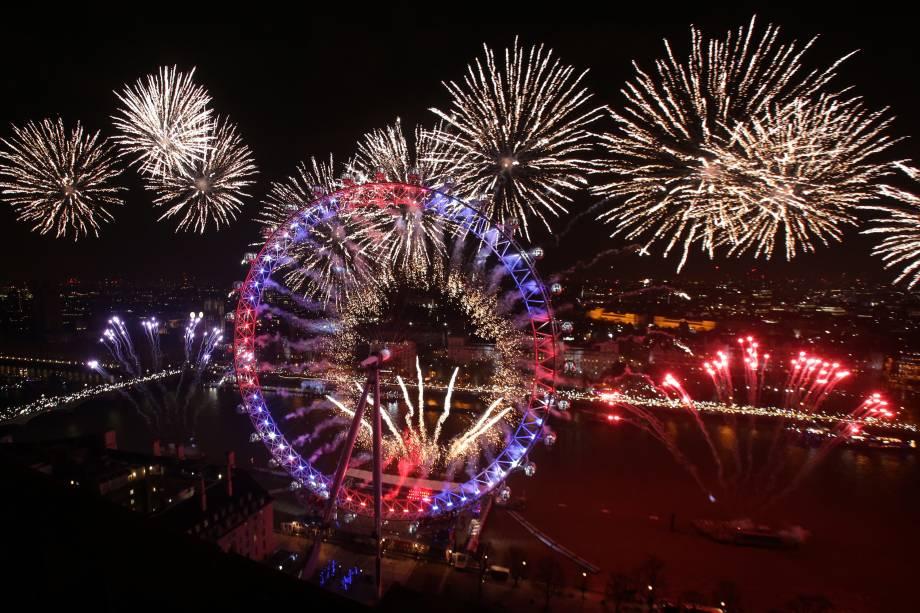 Fogos de artifício iluminam o Big Ben e a London Eye durante as celebrações de Ano Novo em Londres, na Inglaterra