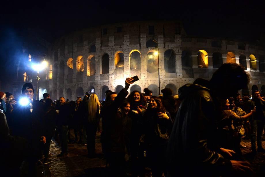 Pessoas se reúnem nos arredores do Coliseu para comemorar o Ano Novo em Roma, na Itália