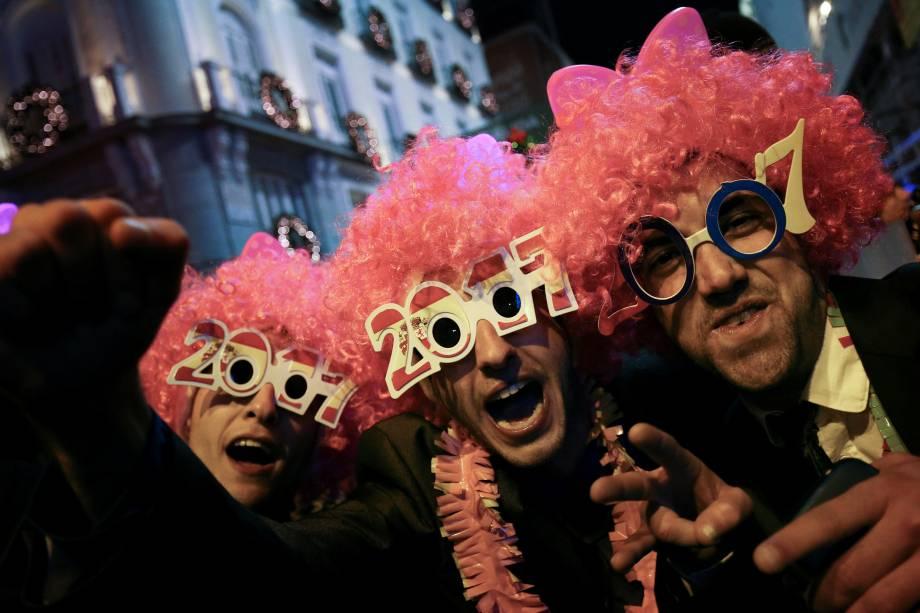 Foliões participam das celebrações de Ano Novo na praça Puerta del Sol, no centro de Madrid, na Espanha