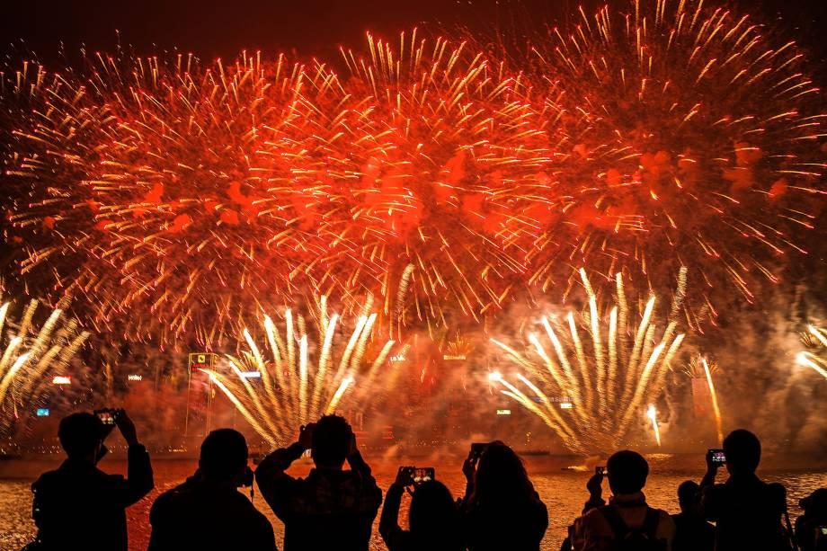 Fogos de artifício iluminam o céu durante a chegada do Ano Novo em Hong Kong