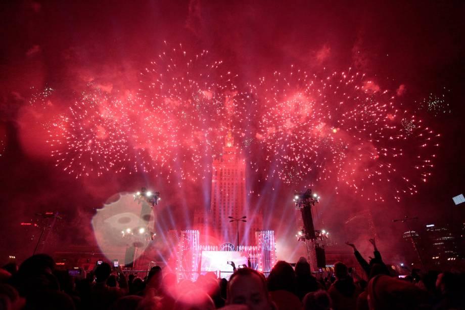Fogos de artifício explodem ao lado do Palácio da Cultura durante as celebrações do Ano Novo em Varsóvia, na Polônia