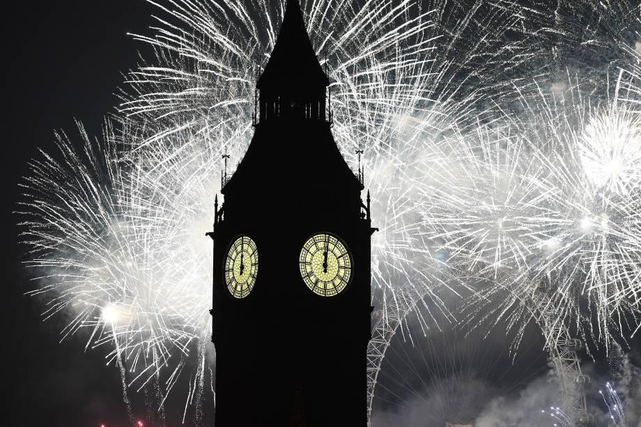Fogos de artifício iluminam o Big Ben durante as celebrações de Ano Novo em Londres, na Inglaterra