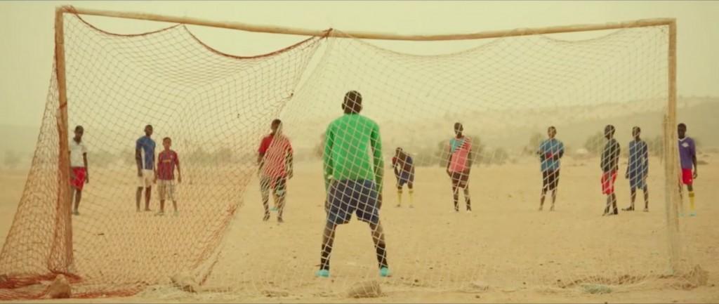 Jovens jogam futebol sem bola em cena do filme Timbuktu, que conta a história de uma aldeia dominada pelo Estado Islâmico (Crédito: Divulgação)