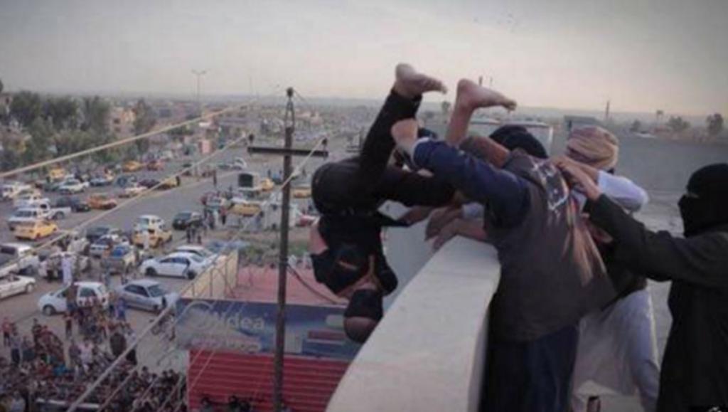 Na Síria, terroristas do Estado Islâmico jogam de um prédio jovem de 15 anos, acusado de ter tido relações comum comandante do grupo