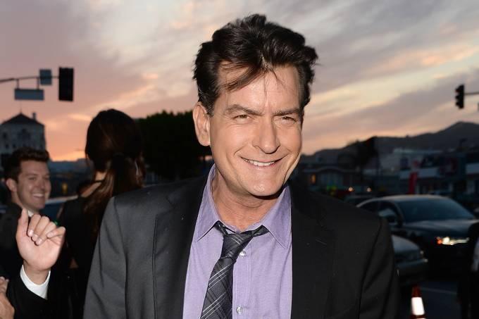 """Charlie Sheen comaparece à estreia do filme """"Todo Mundo em Pânico 5"""", em Hollywood, Califórnia"""