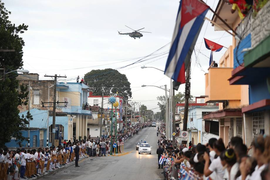 Civis e militares se reúnem nas ruas de Santa Clara, em Cuba, para observar a passagem do comboio carregando as cinzas de Fidel Castro - 01/12/2016