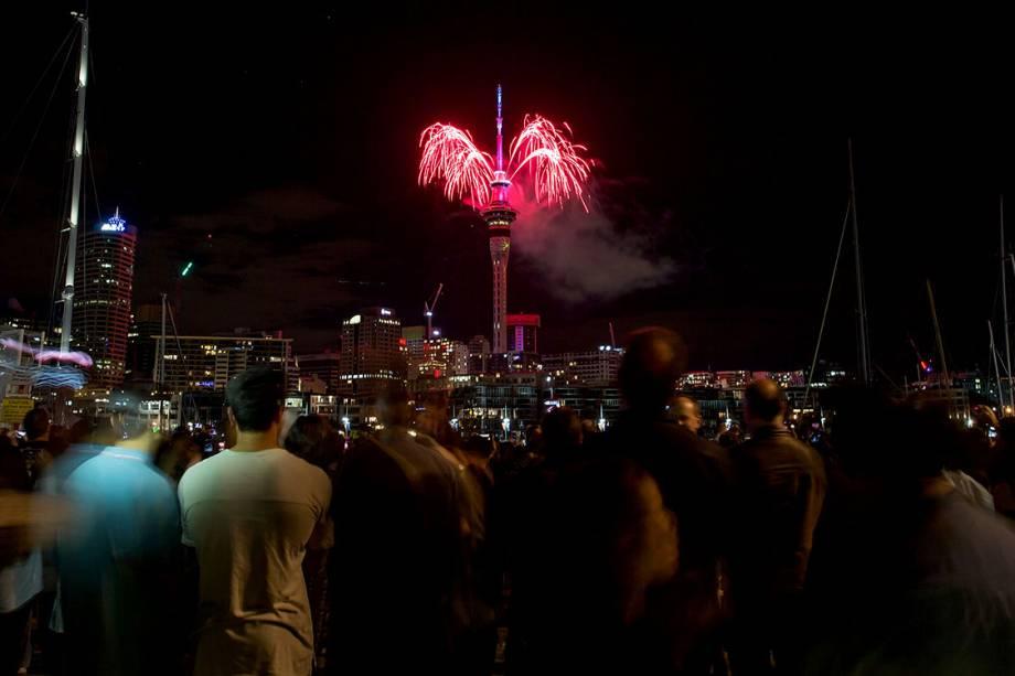 Neozelandeses observam a queima de fogos em comemoração de ano novo em Auckland, Nova Zelândia - 31/12/2016