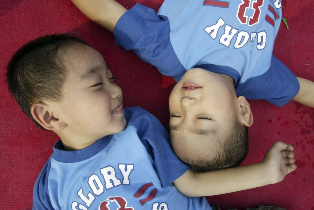 Gêmeos em parque de Pequim, na China, em 2006. Crédito Zhou Min/ChinaFotoPress/Getty Images