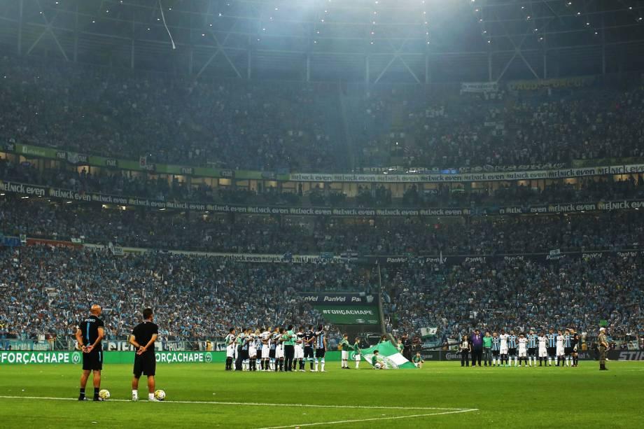 Jogadores fazem um minuto de silêncio antes da partida entre Grêmio e Atlético-MG, pela final da Copa do Brasil, em Porto Alegre