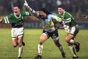 O goleiro René Higuita comemora após marcar um gol de falta sobre o River Plate pela Libertadores de 1995