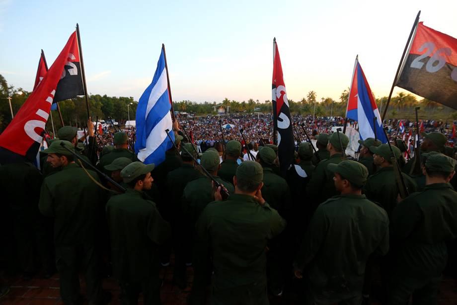 Cubanos celebram o 60° aniversário da chegada de Fidel Castro, junto com outros revolucionários, na Playa las Coloradas, em Cuba - 02/12/2016