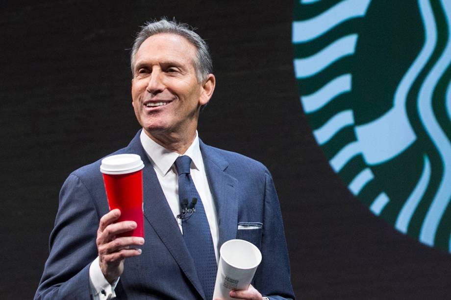 """Howard Schultz, presidente da Starbucks.  <span>Quando novo, Schultz acreditava estar do outro lado da estrada para o sucesso. """"Eu sabia que as pessoas do outro lado tinham mais recursos, mais dinheiro, famílias mais felizes. E, por alguma razão, eu não sei por que ou como, eu queria subir, pular essa cerca e conseguir algo além do que as pessoas estavam dizendo que era possível. Posso ter um terno e gravata agora, mas eu sei de onde eu sou."""" Schultz acabou ganhando uma bolsa de futebol para a Universidade do Norte de Michigan e foi trabalhar na Xerox após se graduar. Pouco depois, assumiu um café chamado Starbucks, que na época tinha apenas 60 lojas. Schultz tornou-se presidenteda empresa em 1987 e fez com que a cadeia de café mais famosa crescesse para mais de 16.000 pontos de venda em todo o mundo.Sua fortuna é estimada em 2,9 bilhões de dólares.</span>"""