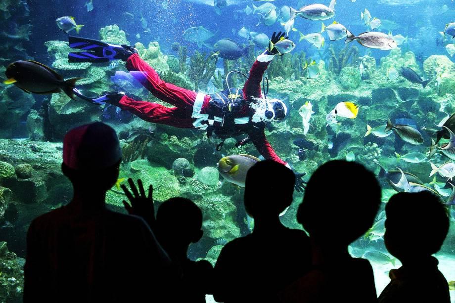 Papai Noel interage com crianças dentro de um aquário no aquário KLCC em Kuala Lumpur - 08/12/2016