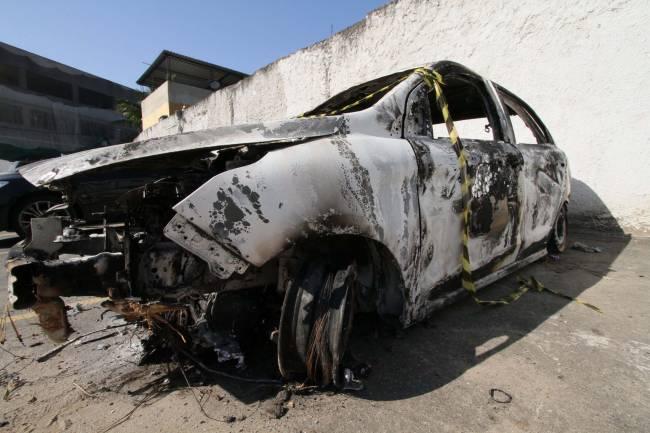 Polícia confirma que carro encontrado incendiado foi alugado pelo embaixador da Grécia, Kyriakos Amiridis