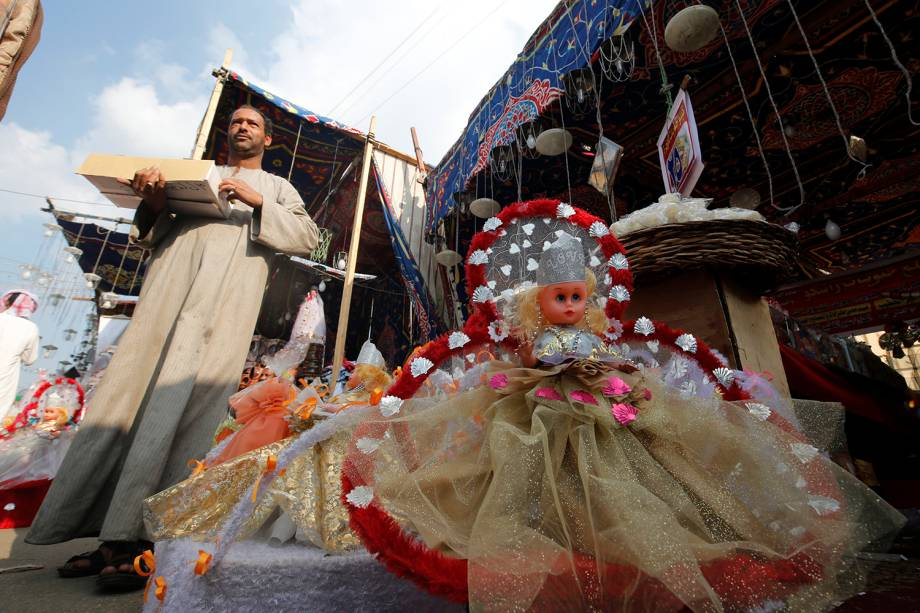 """Vendedor expõe doces tradicionais durante comemoração ao feriado religioso """"Mawlid al-Nabi"""", que comemora o aniversário do profeta Maomé, em Cairo, no Egito - 08/12/2016"""