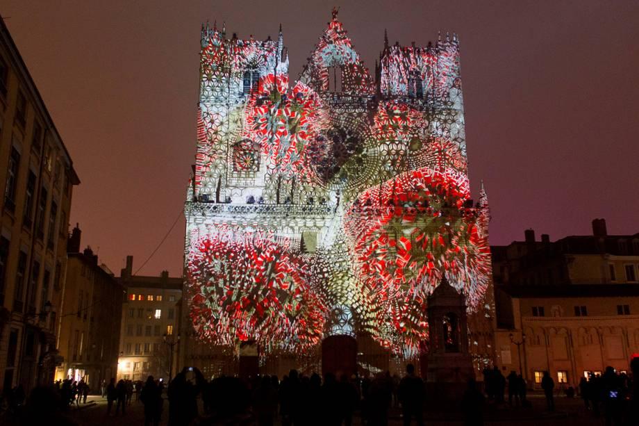 """Instalação cria iluminação em edificações tradicionais da cidade de Lyon, na França. O """"Festival das Luzes"""" é parte da obra do artista Yann Nguema - 08/12/2016"""