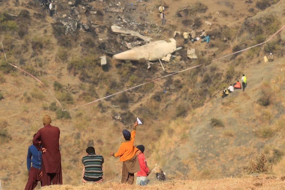 Equipes trabalham nos destroços da queda do avião da Pakistan International Airlines (PIA) em Saddha Batolni, no Paquistão. Cinco tripulantes, um engenheiro e 42 passageiros morreram no acidente - 08/12/2016