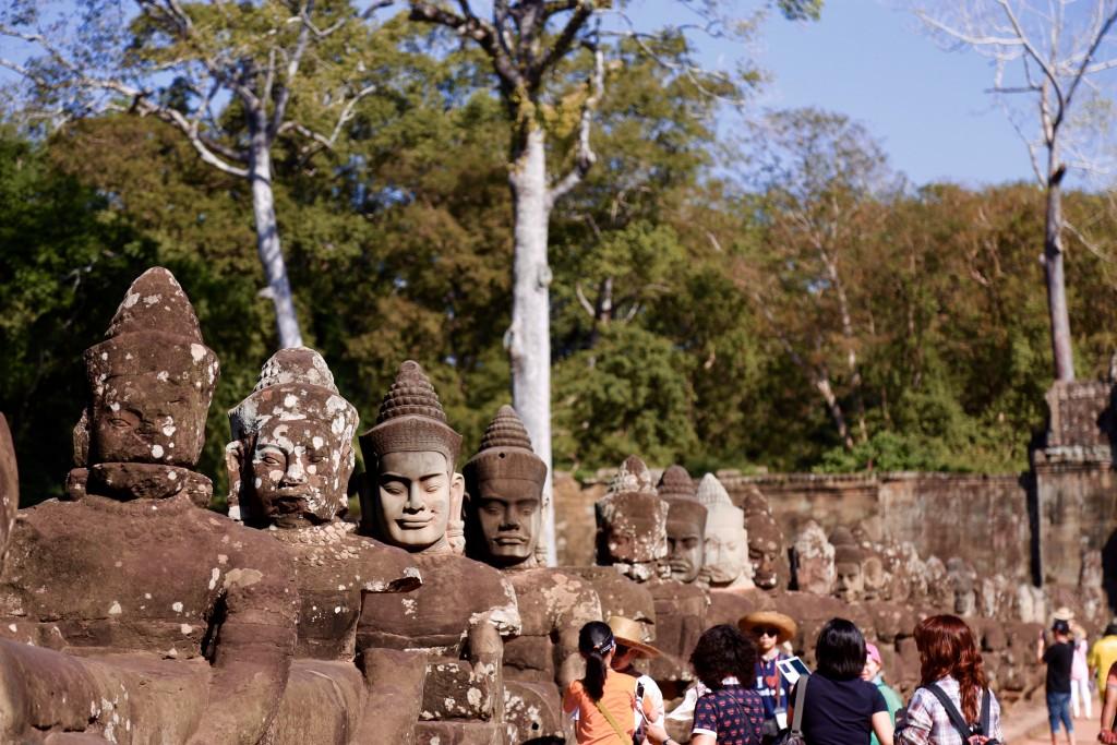 A ponte de esculturas no portão Sul de Angkor Thom