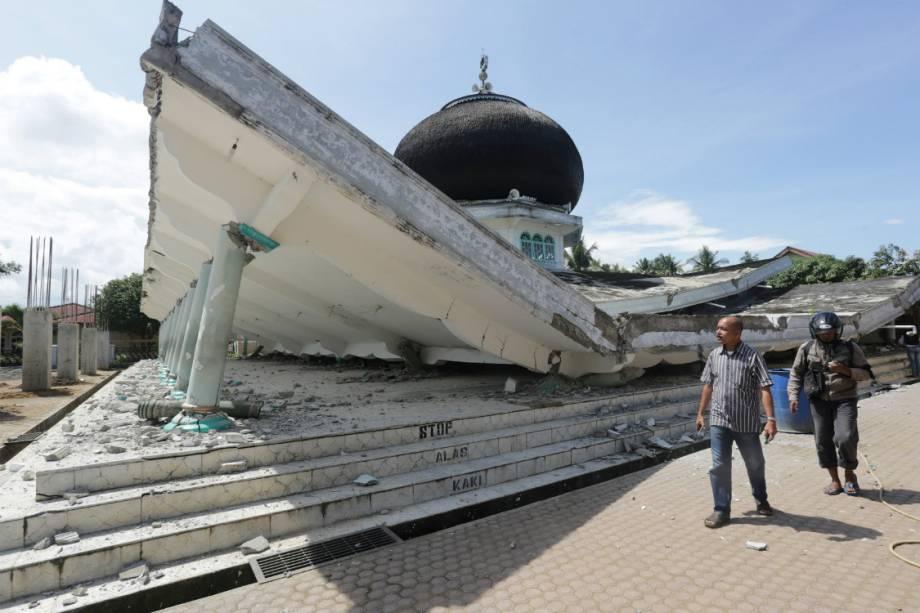 O terremoto provocou o desabamento de um templo em Meuredu, na Indonésia