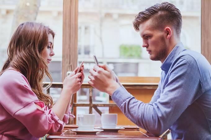 Casal distraído com smartphone