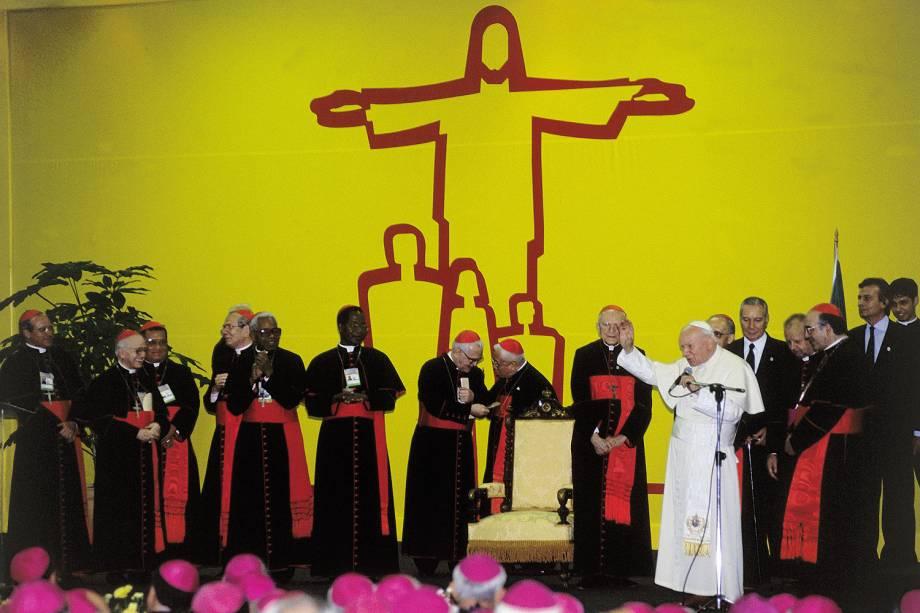 João Paulo II com os cardeais Paulo Evaristo Arns, Eugenio Sales e Alfonso López Trujillo, durante o encerramento do Congresso Teológico-Pastoral, no Rio Centro - 24/08/2005