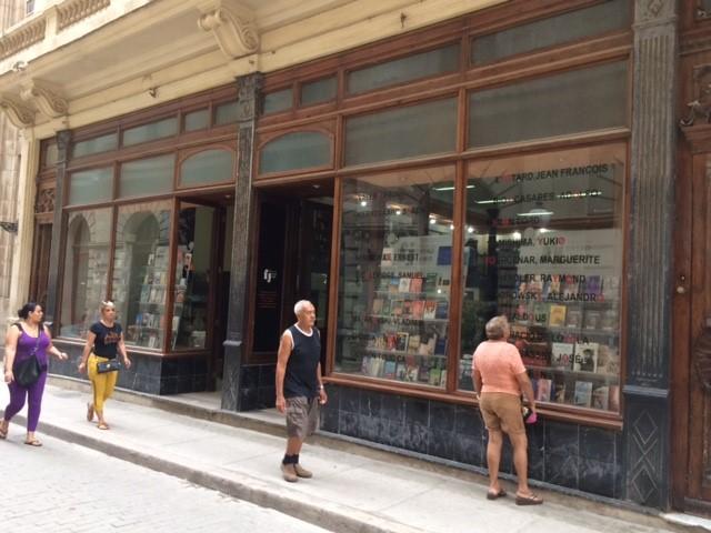 Vitrine da livraria Jamis Fayad, na rua Obispo, em Havana, Cuba (Duda Teixeira)