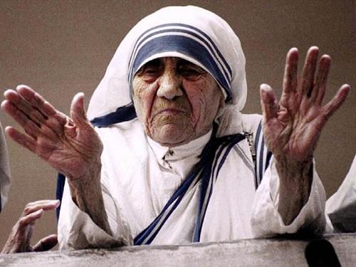 Madre Teresa acena na cidade de Calcutá, na Índia